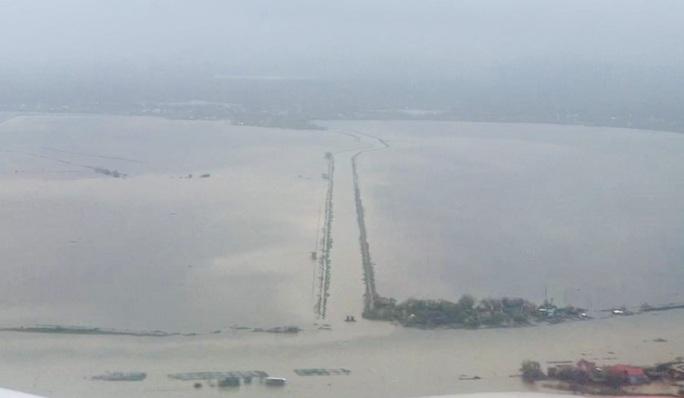 Ghe đò nườm nượp bên trong TP Huế, nước chảy rất xiết - Ảnh 2.