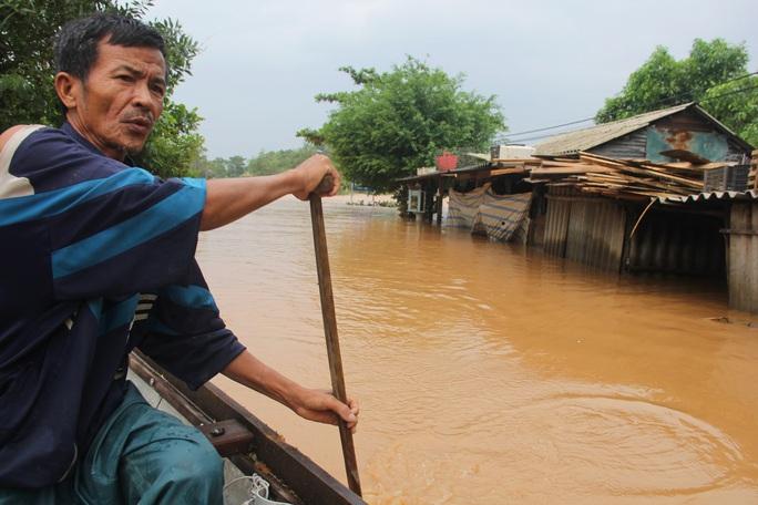 Quảng Trị:  Mưa như trút nước, nhiều thủy điện ở miền núi vượt tràn từ 3 - 4 m - Ảnh 1.