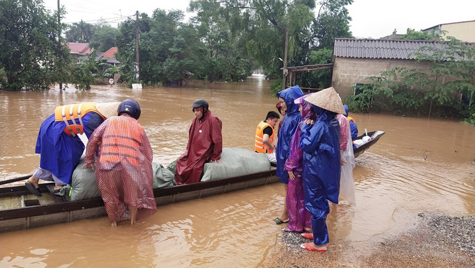 Quảng Trị:  Mưa như trút nước, nhiều thủy điện ở miền núi vượt tràn từ 3 - 4 m - Ảnh 4.
