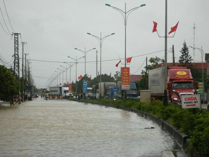 Cận cảnh nước lũ tràn qua quốc lộ 1 buộc BOT Quảng Trị phải xả trạm - Ảnh 1.