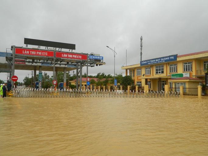 Cận cảnh nước lũ tràn qua quốc lộ 1 buộc BOT Quảng Trị phải xả trạm - Ảnh 5.
