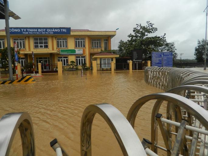 Cận cảnh nước lũ tràn qua quốc lộ 1 buộc BOT Quảng Trị phải xả trạm - Ảnh 6.
