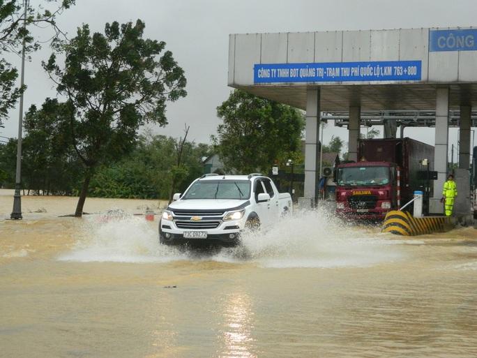 Cận cảnh nước lũ tràn qua quốc lộ 1 buộc BOT Quảng Trị phải xả trạm - Ảnh 7.