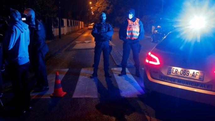 Điều tra khủng bố sau khi giáo viên bị chặt đầu gần Paris - Ảnh 1.