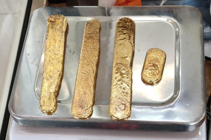 Ấn Độ: Bị bắt quả tang buôn lậu vàng bằng chiêu độc ở sân bay - Ảnh 1.