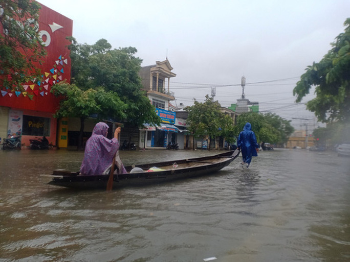 Huế- Quảng Trị:  Lũ lớn quay lại, người dân bì bõm trong biển nước  - Ảnh 1.