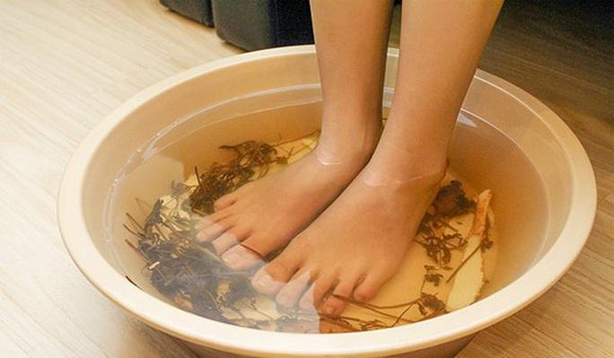 Cách trị nước ăn chân mùa mưa? - Ảnh 1.
