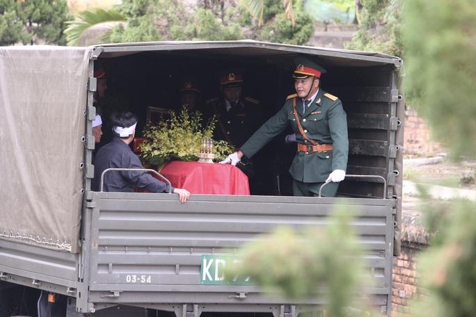 Người dân đưa tiễn 13 liệt sĩ hy sinh ở Rào Trăng 3 về với đất mẹ - Ảnh 1.
