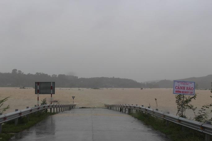 Mưa lớn, Hà Tĩnh khẩn trương sơ tán hơn 7.000 dân khỏi nơi nguy hiểm - Ảnh 2.