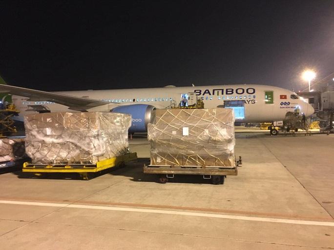 Hàng không vận chuyển miễn phí hàng cứu trợ đến miền Trung - Ảnh 1.