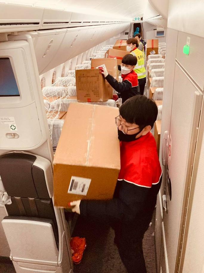 Hàng không vận chuyển miễn phí hàng cứu trợ đến miền Trung - Ảnh 2.