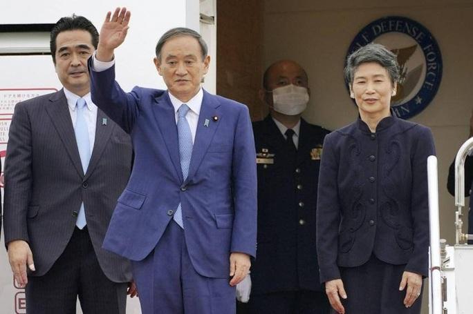 Thủ tướng Nhật Bản Suga Yoshihide và Phu nhân tới Hà Nội, bắt đầu thăm chính thức Việt Nam - Ảnh 2.
