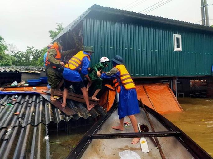 Lũ lịch sử ở Quảng Bình: Hơn 34.000 nhà dân ngập lụt, dân cuống cuồng chạy lũ trong đêm - Ảnh 2.