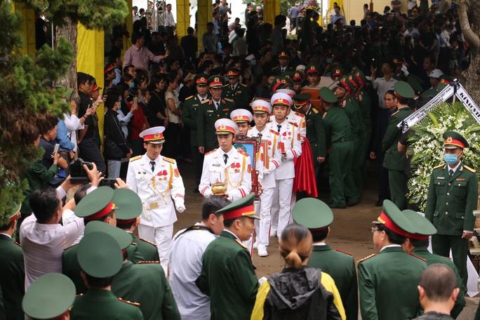 Người dân đưa tiễn 13 liệt sĩ hy sinh ở Rào Trăng 3 về với đất mẹ - Ảnh 2.