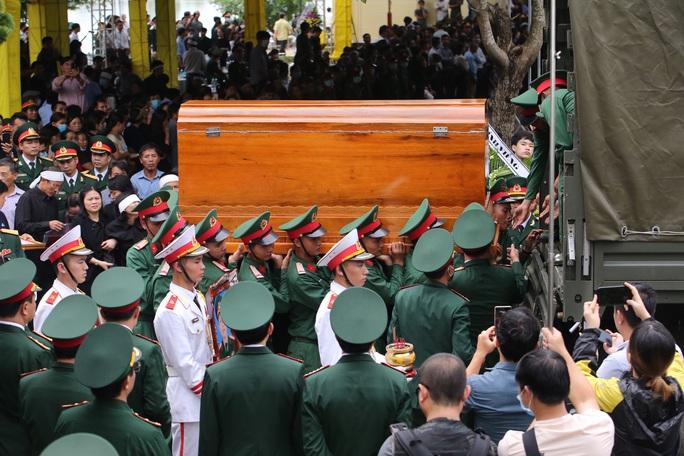 Người dân đưa tiễn 13 liệt sĩ hy sinh ở Rào Trăng 3 về với đất mẹ - Ảnh 3.