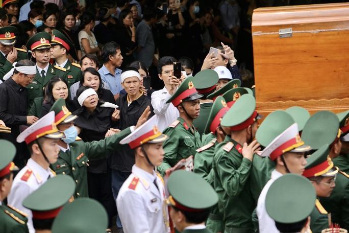 Người dân đưa tiễn 13 liệt sĩ hy sinh ở Rào Trăng 3 về với đất mẹ - Ảnh 4.