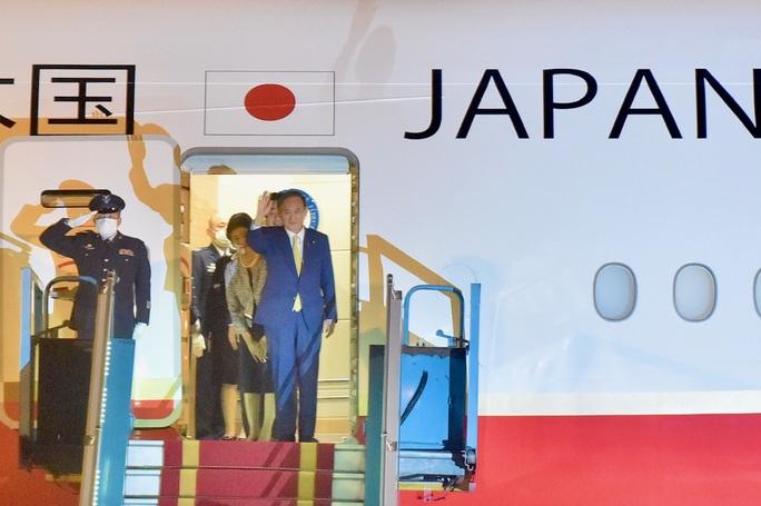 Thủ tướng Nhật Bản Suga Yoshihide và Phu nhân tới Hà Nội, bắt đầu thăm chính thức Việt Nam - Ảnh 4.