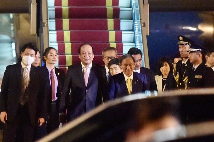 Thủ tướng Nhật Bản Suga Yoshihide và Phu nhân tới Hà Nội, bắt đầu thăm chính thức Việt Nam - Ảnh 7.