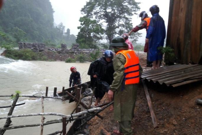 Lũ lịch sử ở Quảng Bình: Hơn 34.000 nhà dân ngập lụt, dân cuống cuồng chạy lũ trong đêm - Ảnh 5.
