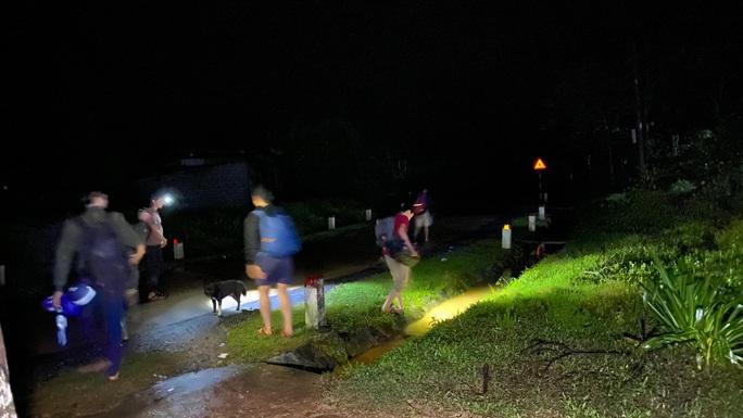 Lại xuất hiện tiếng nổ cạnh nơi tìm kiếm 22 cán bộ, chiến sĩ bị vùi lấp ở Quảng Trị - Ảnh 4.