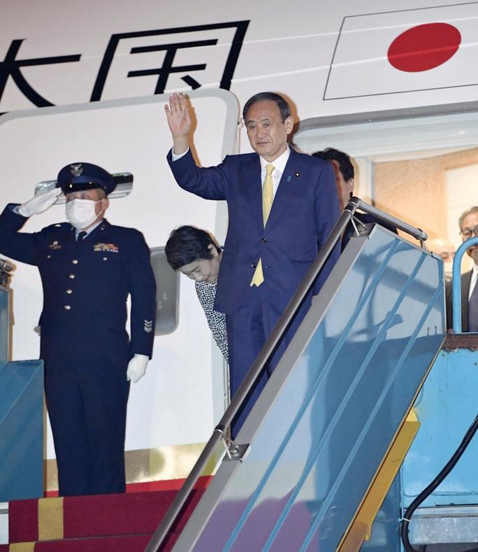 Thủ tướng Nhật Bản Suga Yoshihide và Phu nhân tới Hà Nội, bắt đầu thăm chính thức Việt Nam - Ảnh 1.