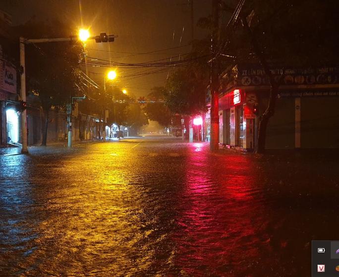 """Clip, ảnh mưa như trút nước trong đêm, TP Hà Tĩnh ngập sâu """"không bóng người"""" - Ảnh 1."""