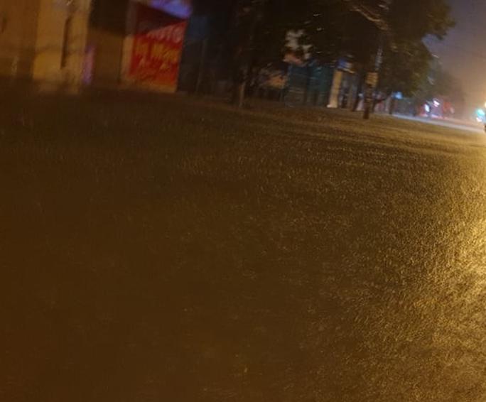 """Clip, ảnh mưa như trút nước trong đêm, TP Hà Tĩnh ngập sâu """"không bóng người"""" - Ảnh 5."""