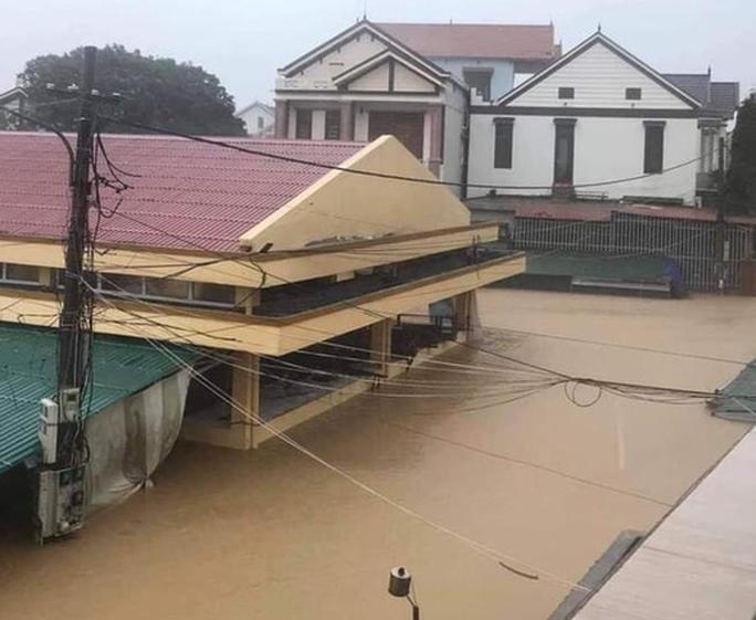 Quảng Bình: Lũ lụt kinh hoàng, ngập tới nóc nhiều căn nhà - Ảnh 8.