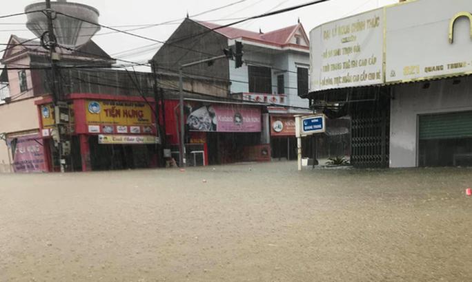Quảng Bình: Lũ lụt kinh hoàng, ngập tới nóc nhiều căn nhà - Ảnh 9.