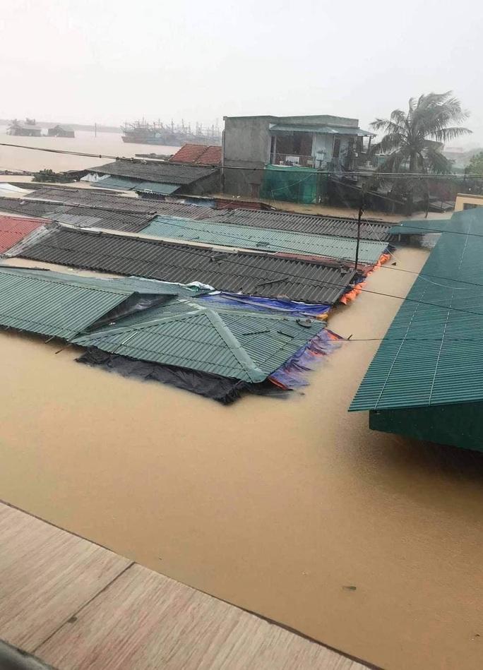 Quảng Bình: Lũ lụt kinh hoàng, ngập tới nóc nhiều căn nhà - Ảnh 6.