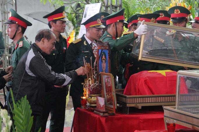 Xúc động hàng ngàn người dân xứ Nghệ dầm mưa tiễn biệt 3 liệt sĩ hi sinh ở Rào Trăng 3 - Ảnh 4.