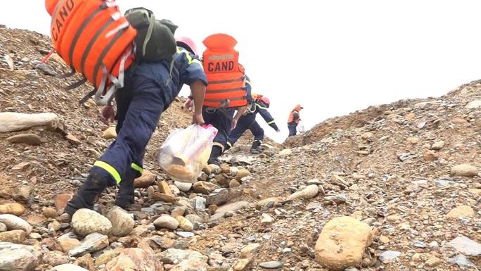 Sử dụng máy bay không người lái tìm kiếm 15 người đang mất tích ở Rào Trăng 3 - Ảnh 1.