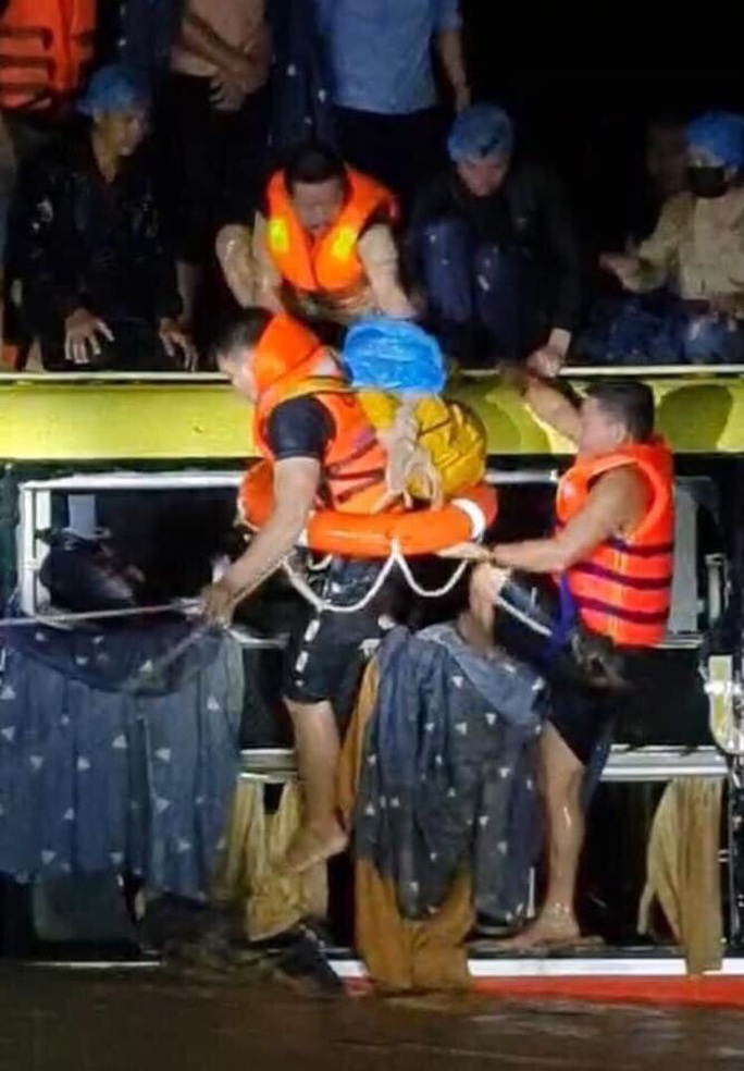 Nghẹt thở giải cứu xe khách giường nằm bị lũ cuốn trôi ở Quảng Bình - Ảnh 3.