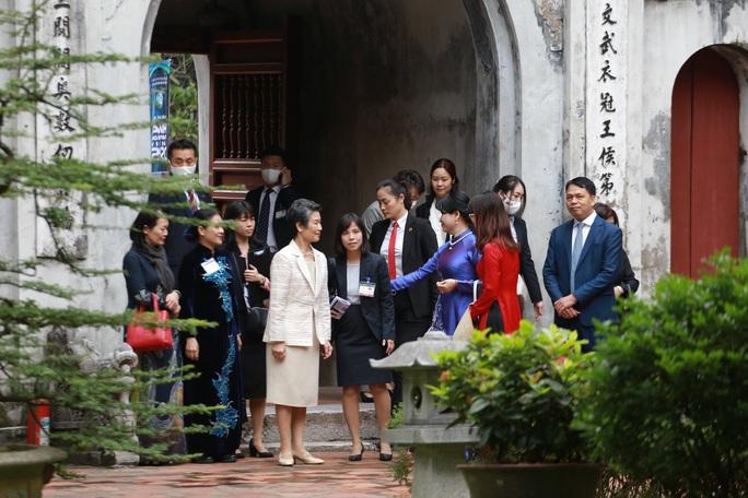 CLIP: Phu nhân Thủ tướng Nhật Bản tham quan Văn Miếu - Quốc Tử Giám - Ảnh 3.