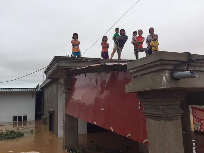 """""""Đại hồng thủy"""" nhấn chìm  gần 80.000 nhà dân Quảng Bình, 3 người chết - Ảnh 2."""