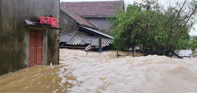 Quảng Bình: Lũ lụt kinh hoàng, ngập tới nóc nhiều căn nhà - Ảnh 12.