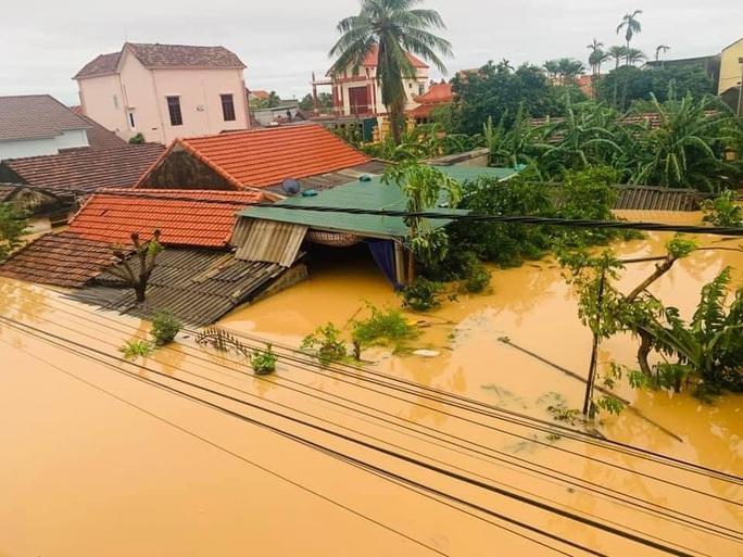 Quảng Bình: Lũ lụt kinh hoàng, ngập tới nóc nhiều căn nhà - Ảnh 11.