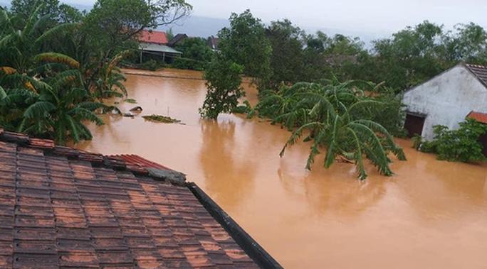 Quảng Bình: Lũ lụt kinh hoàng, ngập tới nóc nhiều căn nhà - Ảnh 14.