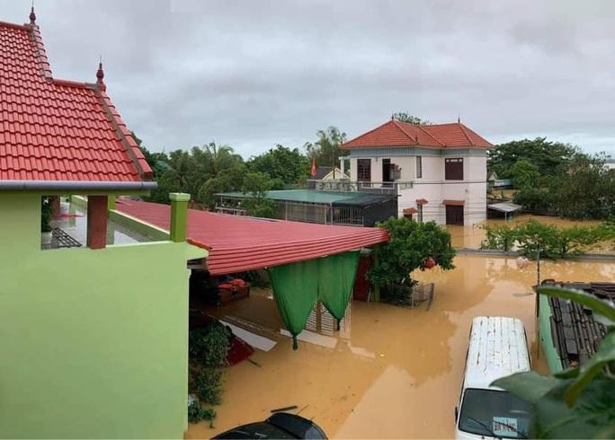 Quảng Bình: Lũ lụt kinh hoàng, ngập tới nóc nhiều căn nhà - Ảnh 15.