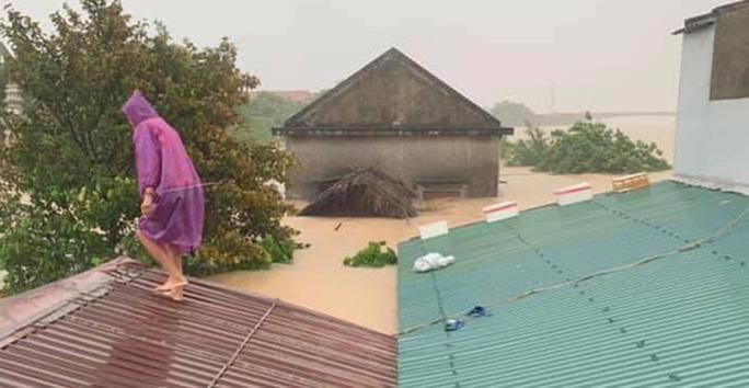 Quảng Bình: Lũ lụt kinh hoàng, ngập tới nóc nhiều căn nhà - Ảnh 3.