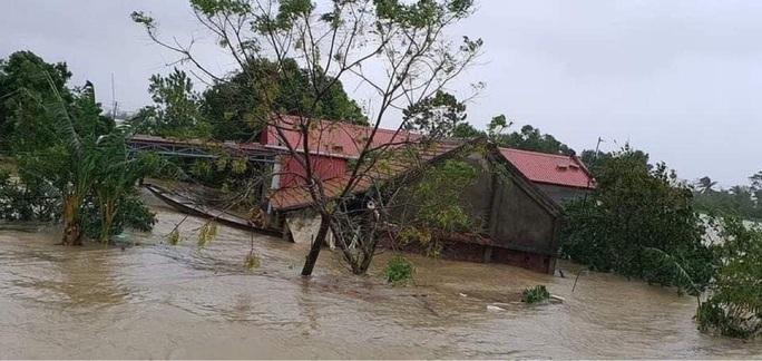Quảng Bình: Lũ lụt kinh hoàng, ngập tới nóc nhiều căn nhà - Ảnh 10.