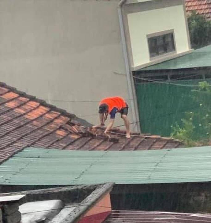 Quảng Bình: Lũ lụt kinh hoàng, ngập tới nóc nhiều căn nhà - Ảnh 7.