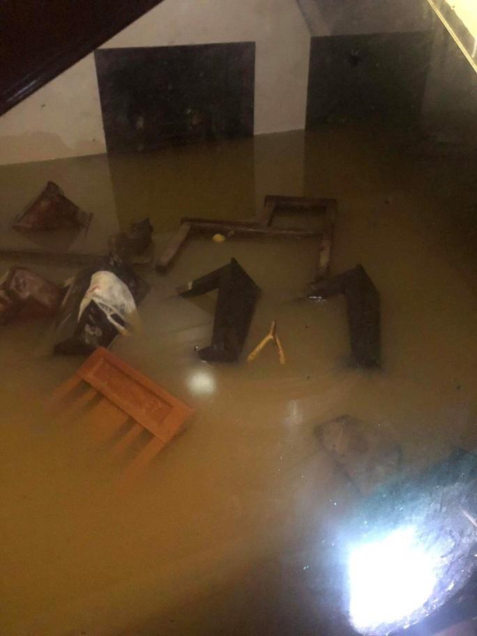 Quảng Bình: Lũ lụt kinh hoàng, ngập tới nóc nhiều căn nhà - Ảnh 21.