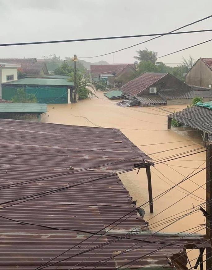 Quảng Bình: Lũ lụt kinh hoàng, ngập tới nóc nhiều căn nhà - Ảnh 2.