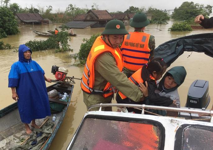 """""""Đại hồng thủy"""" nhấn chìm  gần 80.000 nhà dân Quảng Bình, 3 người chết - Ảnh 5."""