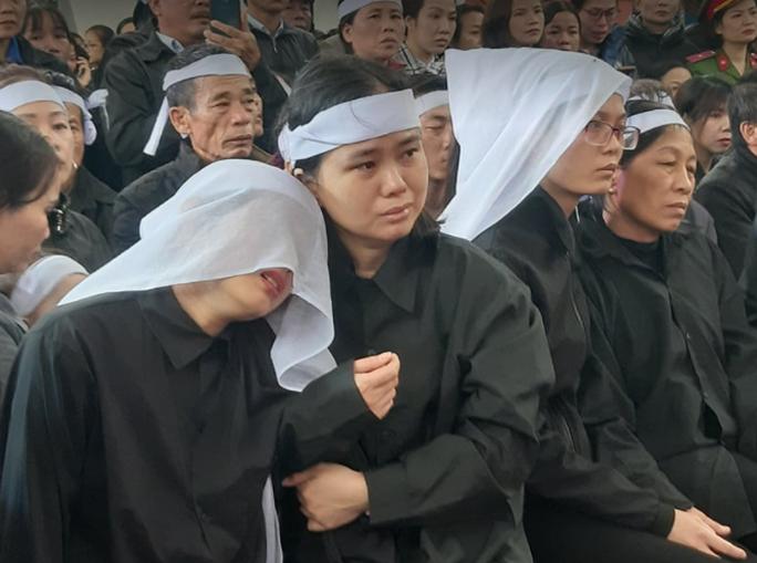 Xúc động hàng ngàn người dân xứ Nghệ dầm mưa tiễn biệt 3 liệt sĩ hi sinh ở Rào Trăng 3 - Ảnh 5.