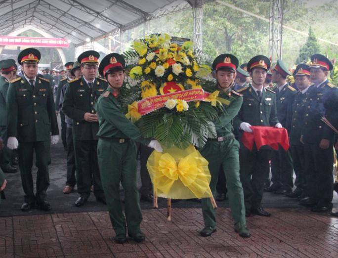 Xúc động hàng ngàn người dân xứ Nghệ dầm mưa tiễn biệt 3 liệt sĩ hi sinh ở Rào Trăng 3 - Ảnh 7.