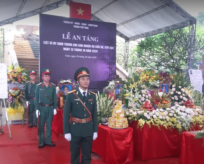 Xúc động hàng ngàn người dân xứ Nghệ dầm mưa tiễn biệt 3 liệt sĩ hi sinh ở Rào Trăng 3 - Ảnh 11.