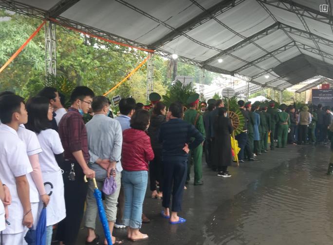 Xúc động hàng ngàn người dân xứ Nghệ dầm mưa tiễn biệt 3 liệt sĩ hi sinh ở Rào Trăng 3 - Ảnh 10.