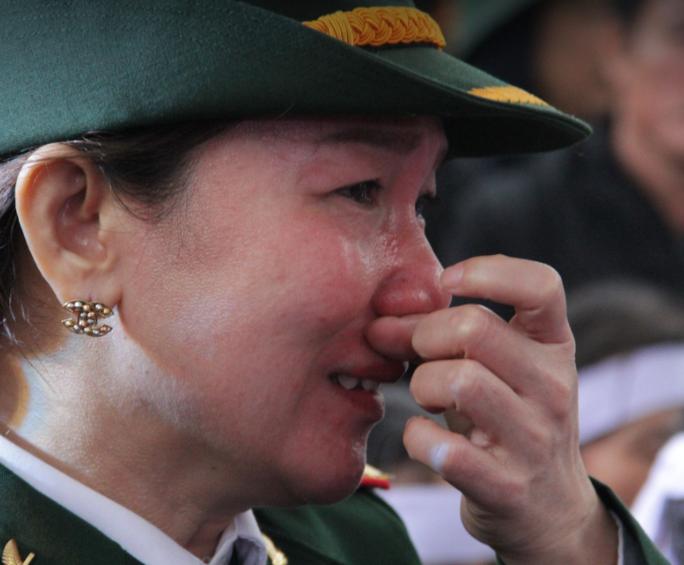 Xúc động hàng ngàn người dân xứ Nghệ dầm mưa tiễn biệt 3 liệt sĩ hi sinh ở Rào Trăng 3 - Ảnh 8.